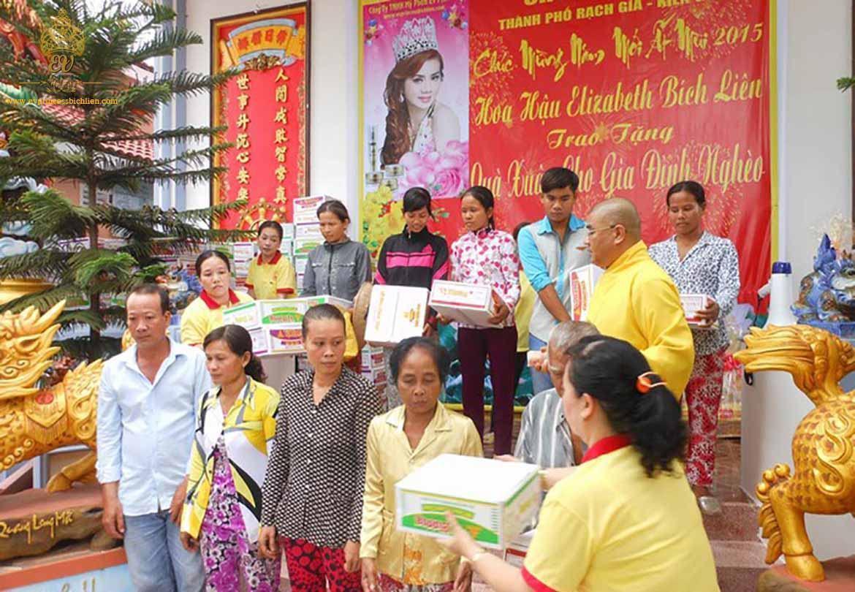 Hoa Hậu Bích Liên tặng 500 phần quà tết cho người nghèo 2015