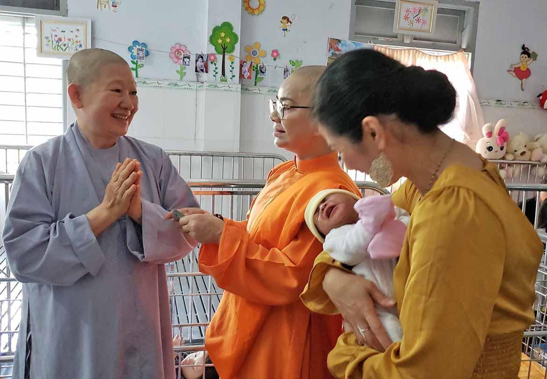 Sư Cô Bích Liên làm từ thiện 2020 cho trẻ em Chùa Đức Sơn